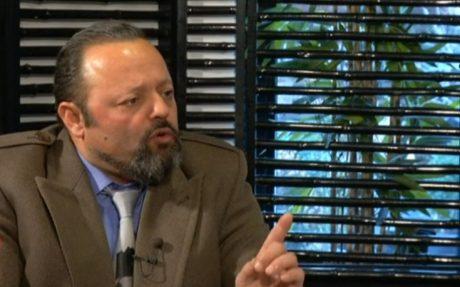 Ο Αρτέμης Σώρρας απειλεί τον Αντώνη Σρόιτερ με κλωτσοσφαλιαρίδια επειδή δεν του αρέσουν οι ερωτήσεις του (VIDEO)