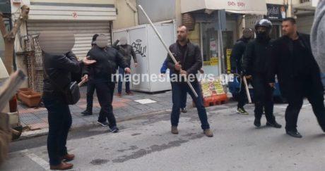 Bόλος: Συγκέντρωση διαμαρτυρίας κάνει τον Κασιδιάρη να παρατήσει συνέντευξη και να φύγει βιαστικά (VIDEO)