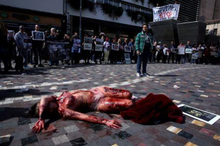 Φιλόζωοι ακτιβιστές πραγματοποίησαν γυμνή διαμαρτυρία στο Μοναστηράκι