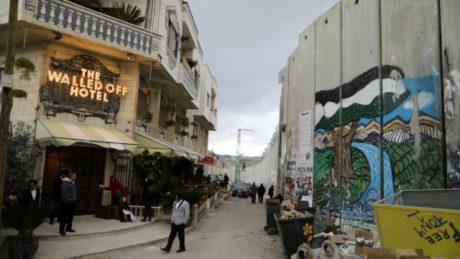 Ο Banksy άνοιξε στην Δυτική Όχθη της Παλαιστίνης το ξενοδοχείο με την χειρότερη θέα στον κόσμο (PHOTO)