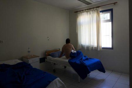 Μεσαιωνικές σκηνές με αλυσοδεμένους ασθενείς σε ψυχιατρείο δημοσίευσαν οι εργαζόμενοι στα δημόσια νοσοκομεία (VIDEO)