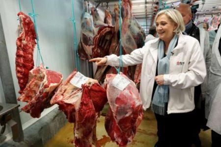 Ντομάτες και γιουχαΐσματα έφαγε η Μαρί Λεπέν σε επίσκεψή της σε Αγορά του Παρισιού (VIDEO)