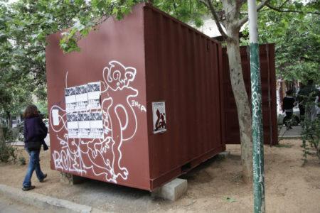 Η ΕΛ.ΑΣ ετοιμάζει ντου με τρακτέρ για την απομάκρυνση κοντέινερ από την πλατεία Εξαρχείων