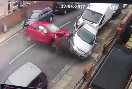Αγγλία: Συνοδηγός αμαξιού που έπεσε πάνω σε τέσσερα αυτοκίνητα και ατάραχος παίρνει το σκυλί του και φεύγει (VIDEO)