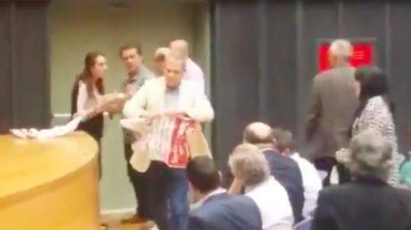 Ο Θάνος Τζήμερος κατηγορείται ότι χτύπησε Περιφερειακή Σύμβουλο του ΚΚΕ