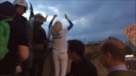 Η Ραχήλ Μακρή προσπαθεί σαν survivor να κάνει ντου στη Βουλή την ώρα που ψηφίζεται το μνημόνιο (VIDEO)