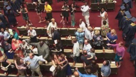 ΗΠΑ: Σε ένα ατέλειωτο βρωμόξυλο μεταξύ των γονιών κατέληξε η τελετή αποφοίτησης ενός λυκείου (VIDEO)