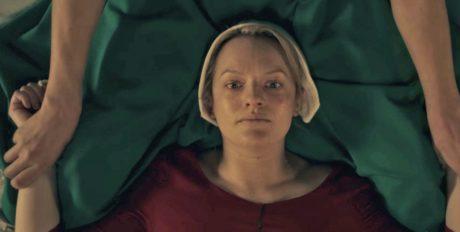 """Η σειρά """"The Handmaid's Tale"""" μας μεταφέρει σε έναν τρομακτικό κόσμο που μοιάζει επικίνδυνα με τον δικό μας"""
