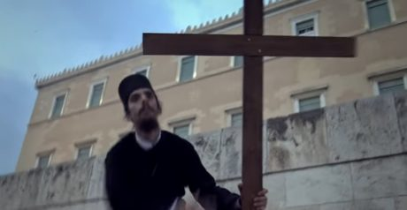 Χριστιανοί που εναντιώνονται στο χάραγμα του Αντιχρίστου συγκρούστηκαν με τα ΜΑΤ έξω από την Βουλή (VIDEO)