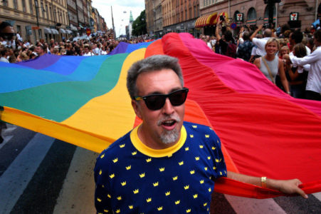Όλα όσα πρέπει να ξέρετε για τον Gilbert Baker τον gay καλλιτέχνη που τιμάει σήμερα η Google