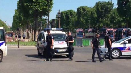 Παρίσι: Όχημα έπεσε πάνω σε βαν της αστυνομίας στα Ηλύσια Πεδία