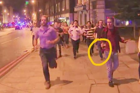 Άντρας τρέχει με την μπύρα του στο χέρι μετά την επίθεση, γίνεται σύμβολο του ατρόμητου Λονδίνου