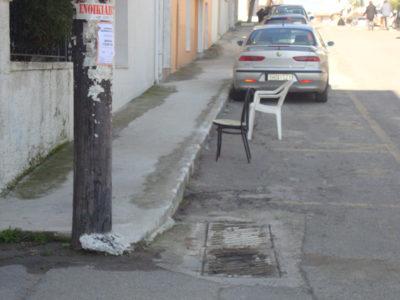 Πρόστιμο εκατοντάδων ευρώ για όποιον καβατζώνει θέσεις παρκαρίσματος με καρέκλες και άλλα αντικείμενα προβλέπει ο νέος ΚΟΚ