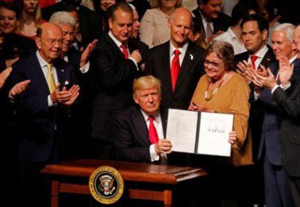 Ο Ντόναλντ Τραμπ ανακοίνωσε την ακύρωση της «φρικτής συμφωνίας» της κυβέρνησης Ομπάμα με Κούβα