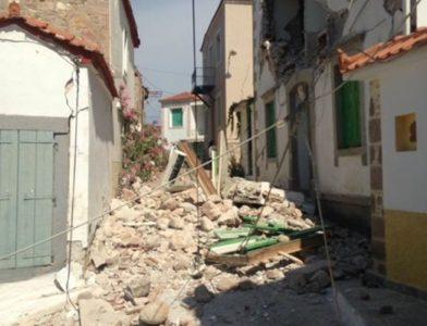 Μια γυναίκα στην Λέσβο είναι εγκλωβισμένη σε σπίτι που κατέρρευσε από τον σεισμό