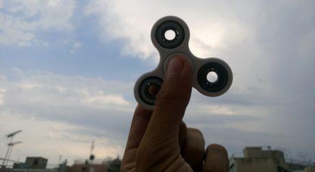 """ΟΔΗΓΟΣ: 10-1 τρόποι να χρησιμοποιήσεις ένα """"fidget spinner"""""""