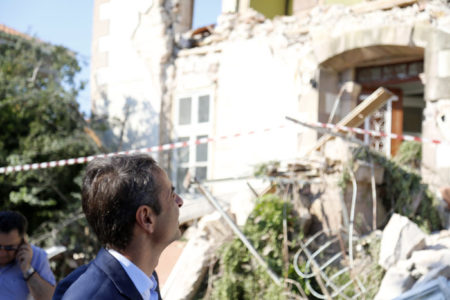 Ο Μητσοτάκης ζήτησε να μην πληρώσουν για δύο ολόκληρα χρόνια ΕΝΦΙΑ για τα γκρεμισμένα σπίτια τους οι σεισμοπαθείς στη Λέσβο