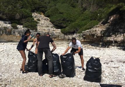 Ο Will Smith έρχεται οικογενειακώς στους Αντίπαξους, καθαρίζει την παραλία από σκουπίδια, like a boss