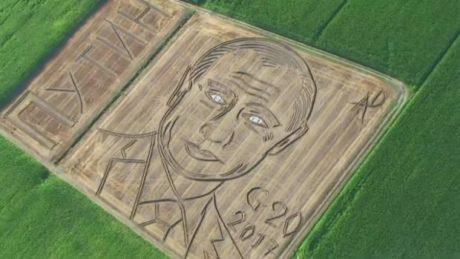 Θαύμα: Τεράστιο πορτρέτο του Βλαδίμηρου Πούτιν έφτιαξε σε χωράφι ένας καλλιτέχνης στη Βερόνα