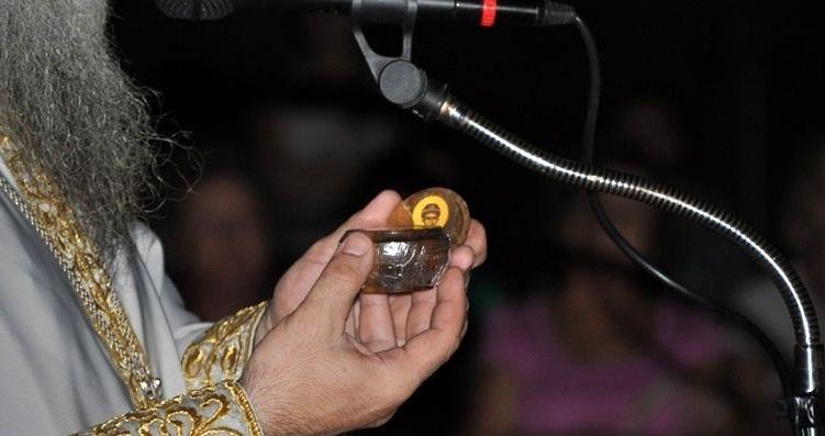 Τι άλλο θα ακούσουμε στο Ελλαδιστάν: Πιστοί στο Αγρίνιο προσκύνησαν... κάστανο που είχε βράσει ο Άγιος Παΐσιος