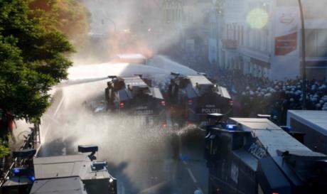 Άγριες συγκρούσεις στο Αμβούργο μεταξύ διαδηλωτών και αστυνομίας εν όψει της συνόδου G20