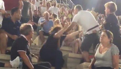 Άντρακλας χτυπά άγρια τη γυναίκα του στη χτεσινή συναυλία στο Καλλιμάρμαρο