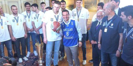 Πρωθυπουργικό τιρινίνι: Με τη φανέλα του Κόνιαρη φωτογραφήθηκε ο Τσίπρας