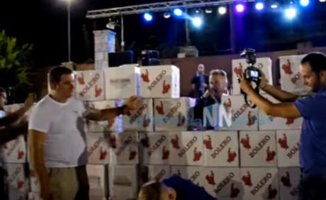 Τείχος με σαμπάνιες έχτισαν στην σκηνή για τον τραγουδιστή πανηγυριού στην Ναυπακτία