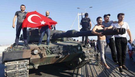 Ένας χρόνος πραξικόπημα στην Τουρκία: Το βράδυ που τα τανκς βγήκαν στους δρόμους