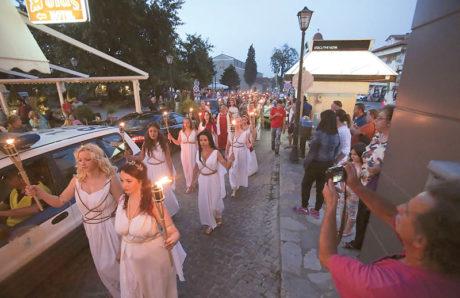 Εκατοντάδες δωδεκαθεϊστές φόρεσαν τις χλαμύδες τους και τα σανδάλια τους και μαζεύτηκαν στο Λιτόχωρο Πιερίας για να τιμήσουν τον Δία