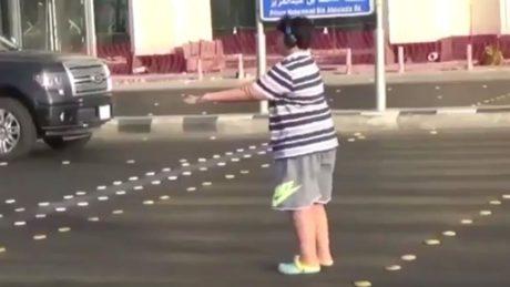 Ένα 14χρονο αγόρι συνελήφθη στη Σαουδική Αραβία επειδή χόρευε Μακαρένα στη μέση του δρόμου