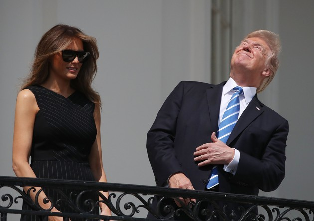 Ηγέτης του Ελεύθερου Κόσμου κοιτάει την έκλειψη ηλίου χωρίς προστατευτικά γυαλιά και όλοι νιώθουμε ασφαλείς