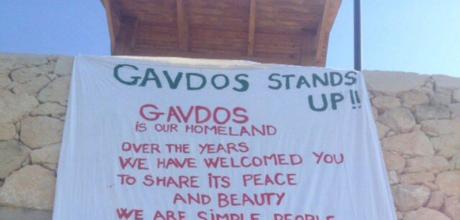 Ένα πανό στο λιμάνι της Γαύδου προειδοποιεί τους τουρίστες ότι το νησί δεν θέλει ναρκωτικά