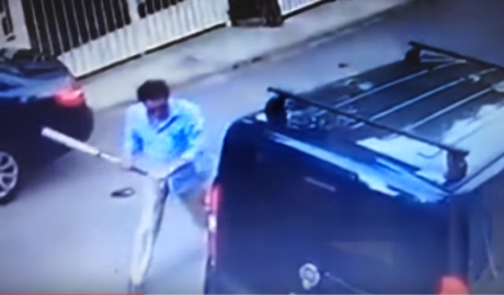Big Lebowsky στη Βουλιαγμένη: Οξύθυμος νεαρός σπάει βανάκι με ρόπαλο επειδή εμπόδιζε