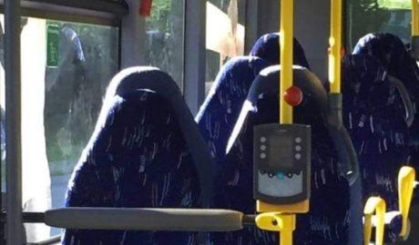 Νορβηγοί ακροδεξιοί μπέρδεψαν καθίσματα λεωφορείου με γυναίκες που φορούν μπούργκα