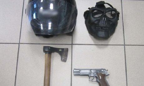Άντρας λήστευε τράπεζες στη Θεσσαλονίκη με μάσκα νεκροκεφαλή, ψεύτικο πιστόλι και τσεκούρι