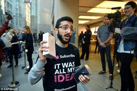 Αυστραλός φοιτητής περιμένει 11 μέρες σε μία ουρά για ένα iPhone 8 που δεν χρειάζεται
