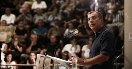 Βετεράνοι του βαθέως ΠΑΣΟΚ στηρίζουν τον Σταύρο Θεοδωράκη για ηγέτη της Κεντροαριστεράς