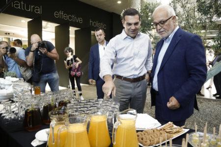 O Αλέξης Τσίπρας σήμερα πέρασε τη μέρα του τρώγοντας τζάμπα κουλουράκια σε επιχείρηση της Αττικής