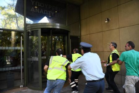 Μεταλλωρύχοι από τις Σκουριές έκαναν αιφνιδιαστική έφοδο στο Υπουργείο Περιβάλλοντος