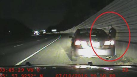 Aστυνομικός στις ΗΠΑ καθησυχάζει γυναίκα λέγοντας ότι η αστυνομία σκοτώνει μόνο μαύρους