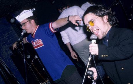 """Όταν ο """"Tyrion Lannister"""" στα 90s ήταν τραγουδιστής και τρομπετίστας για μια punk μπάντα"""