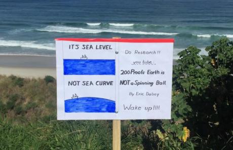 Πολύ πειστικός οπαδός της Επίπεδης Γης τοποθετεί κατατοπιστική πινακίδα σε παραλία