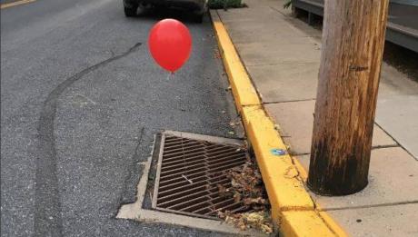 Μυστηριώδη κόκκινα μπαλόνια δεμένα σε φρέατια εμφανίστηκαν στις ΗΠΑ