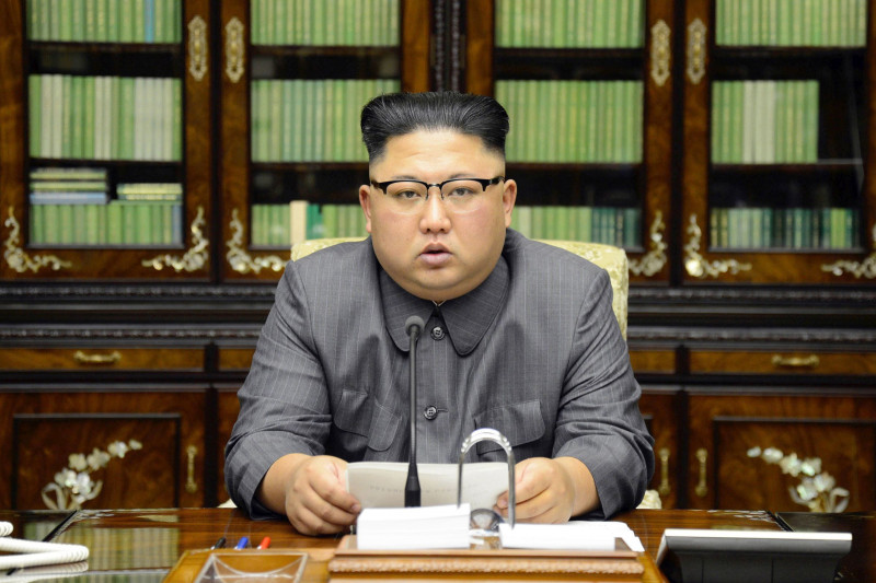 Κιμ Γιόνγκ Ουν: «Θα τιθασεύσω με φωτιά τον διαταραγμένο Αμερικανό γεροξεκούτη»