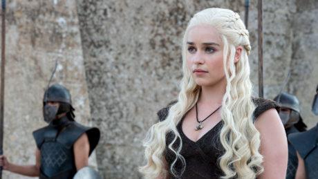 To καινούριο κοντό κούρεμα της Daenerys Targaryen δίνει τροφή για ατελείωτη σεναριολογία