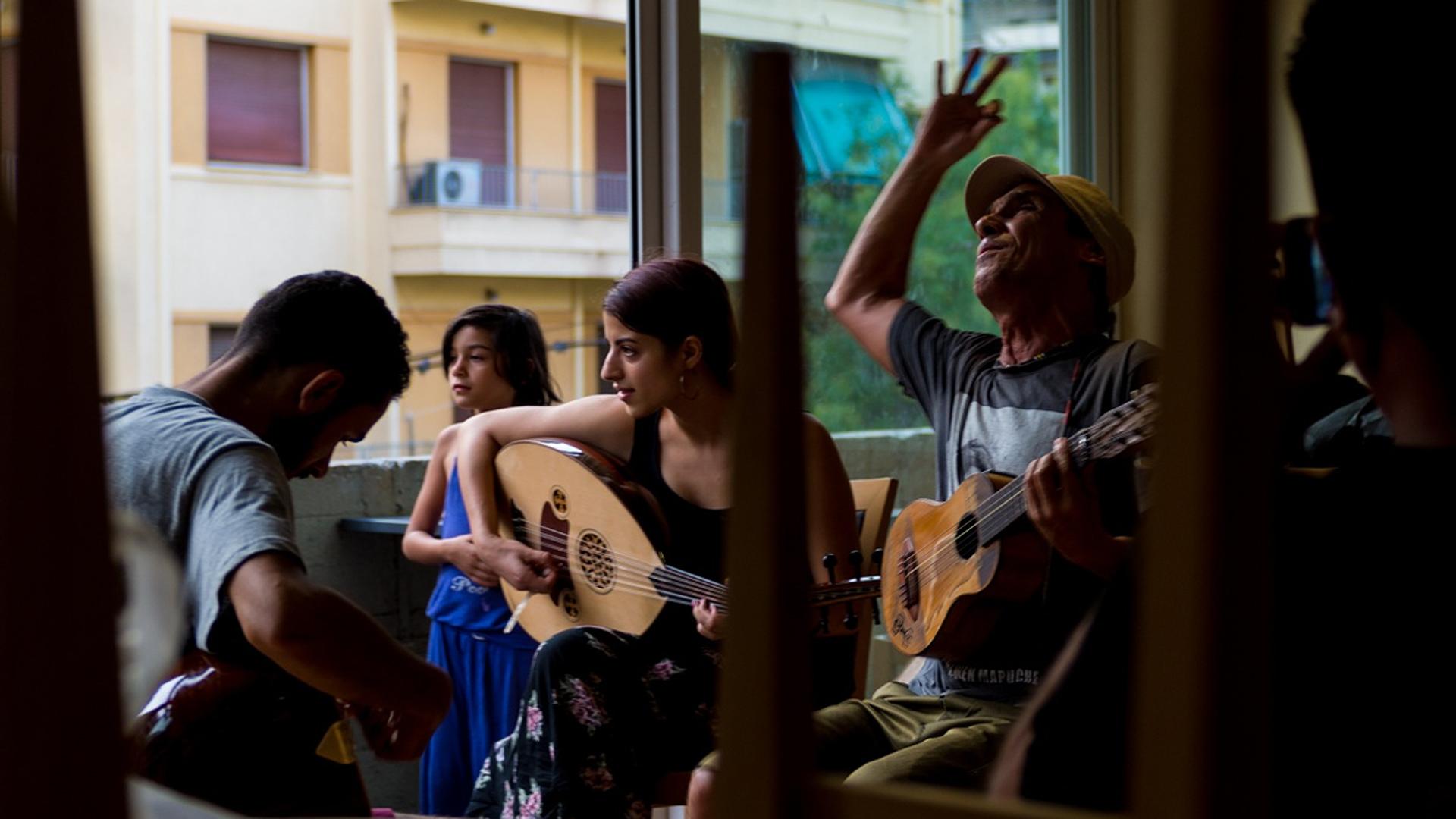 Το απόγευμα που πρόσφυγες και Manu Chao τραγούδησαν μαζί στο City Plaza