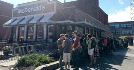 HΠΑ: Οπαδοί του Rick and Morty διαδηλώνουν έξω από τα McDonald's για μια σάλτσα
