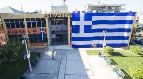 Στο δήμο Ελληνικού η ελληνική σημαία στολίστηκε με λίγο δημαρχείο