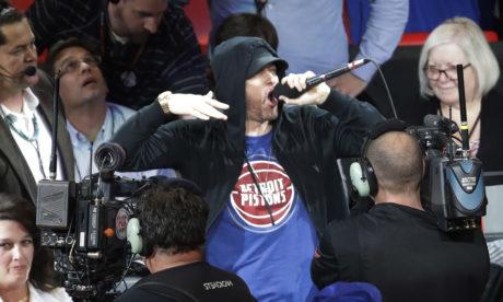 Ο Έμινεμ κάνει χαμό στο μικρόφωνο για το πρώτο ματς των Ντιτρόιτ Πίστονς στο νέο τους γήπεδο